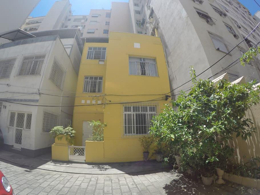 Casa Amarela com área externa da vila