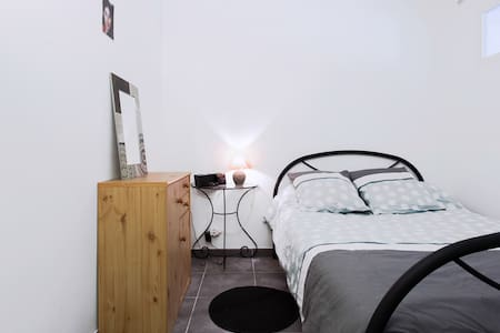 Beautiful apartment in the district of Carmes - Palais de Justice, in a recent and modern apartment building. Well insulated an soundproofed. Internet an wifi.