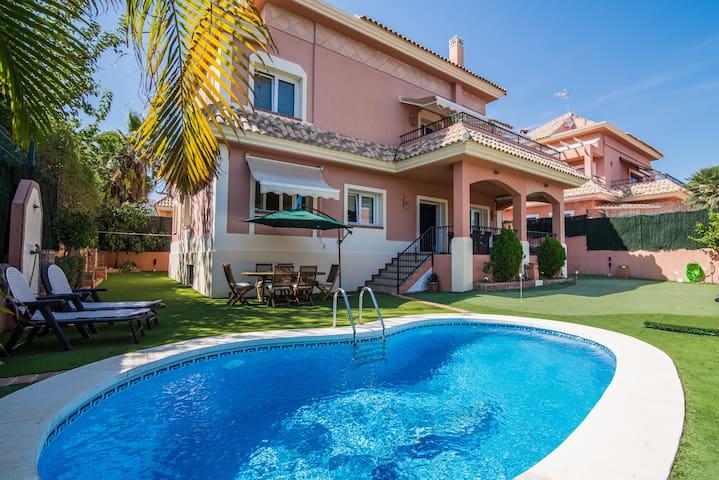 Luxury Villa. BBQ/Private Pool & Mini Golf