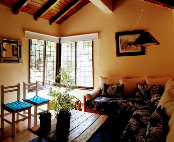 Casa con jardin cercana a zona de viñedos.