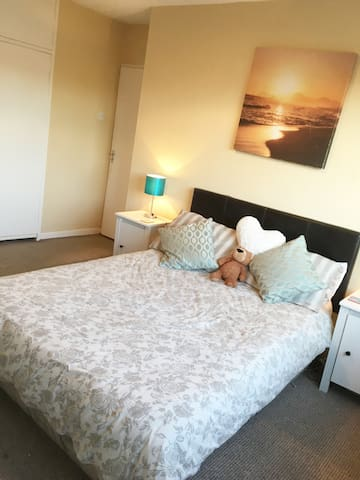Large, bright double room in great location