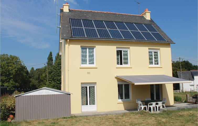 Holiday cottage with 3 bedrooms on 120 m² in Roz-Landrieux