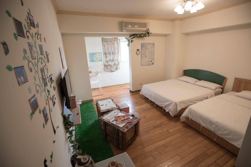 一張雙人床+一張單人床 移動式木桌 免費wifi、冰箱