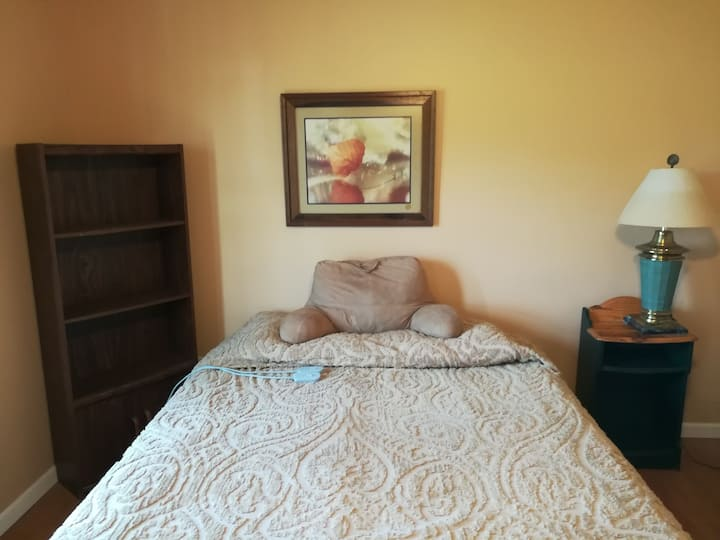 MEN'S TOWNHOUSE, Cerner, Walking Distance to IHOPU