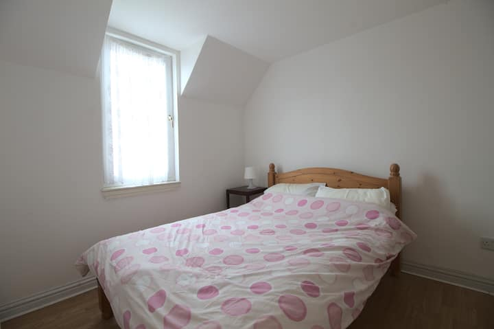 Light & Airy double room in Kinross