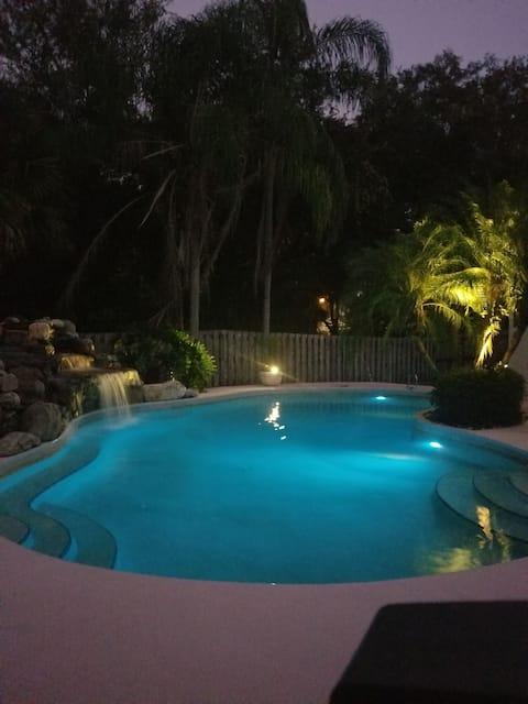Cozy Cabana w/pool close 2 beach