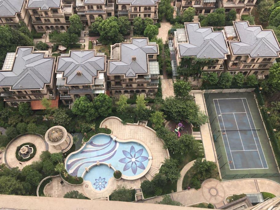 楼上俯瞰的网球场和迷你泳池