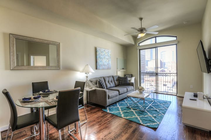 Downtown Luxury | King Bed | Fast WiFi | 4K TVs