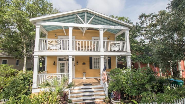 CHARMING & HISTORIC PROPERTY 1 BLOCK FROM BEACH