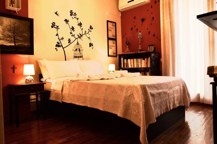 Ρομαντικό δωμάτιο με θέα και υπέρδιπλο κρεβάτι. Romantic room with view and double king size bed