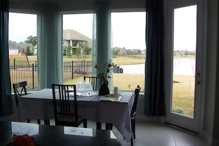 GORGEOUS HOME WITH FRONT LAKE AND WALKING TRAILS - Katy