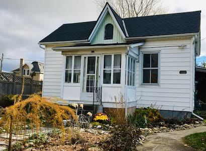 Cory's Cozy Cottage - Goderich