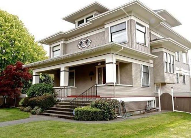 Last House - Everett - Casa