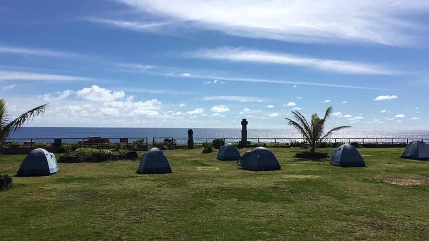Camping en Isla de Pascua con vista al mar.