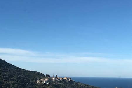 Grand studio avec vue mer et montagne