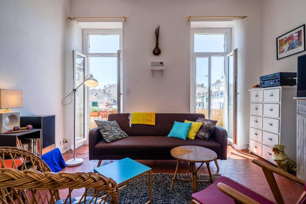 Le salon avec le canapé convertible (idéal pour une personne).