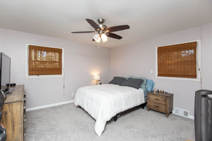 Heart of Tucker: Spacious Kitchen/Living Room/Deck