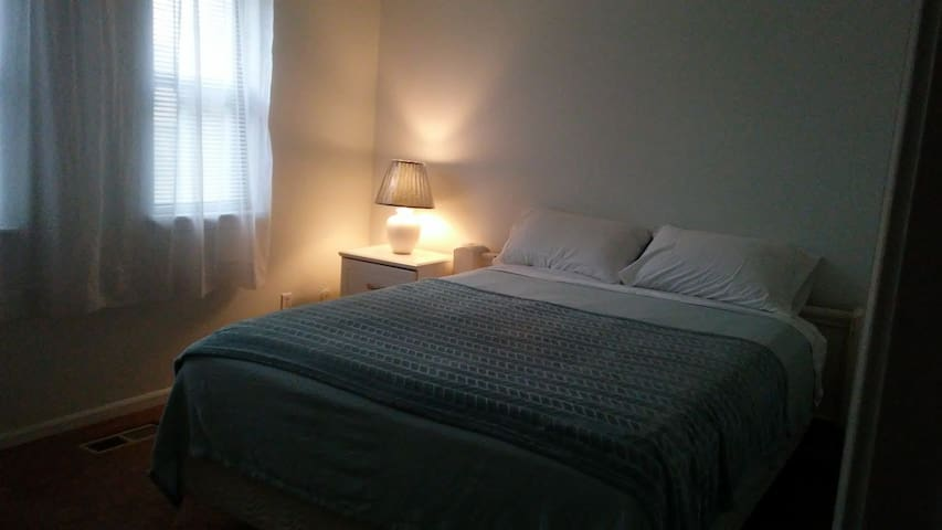 Quiet, Clean, private upstairs bedroom