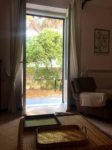 soggiorno con porta finestra su giardino privato