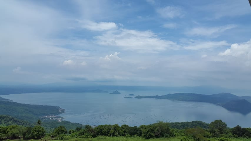 Hotel-like Condo w/ Taal Lake View, Movies & WiFi - Tagaytay