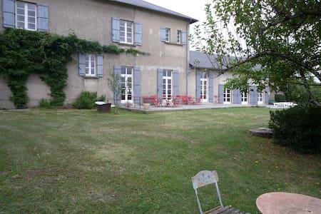 Storladent hus i autentisk, sydfransk landsbymljø - Montredon-Labessonnié - Huis