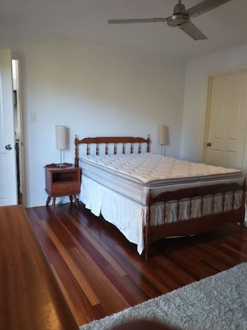 Ensuite sunny spacious double room in Buderim