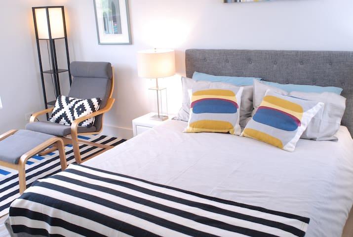 !!Comfy Room in Art Deco Apt - Walk to Beach!!