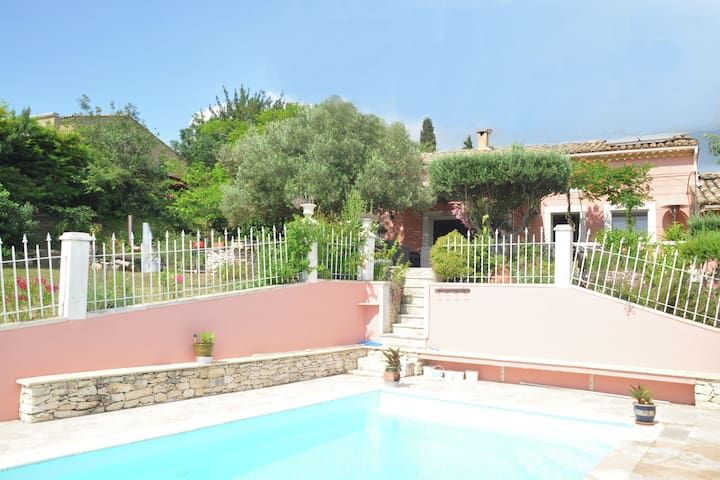 Provencal villa with private pool and beautiful view on the vineyards