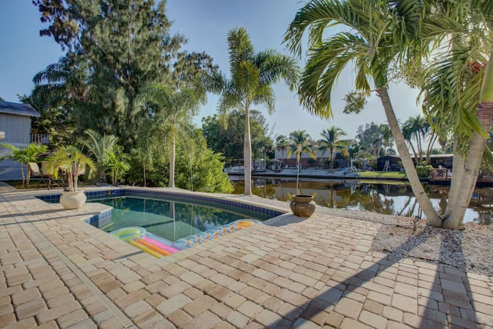 5 Minute Walk to Crescent Beach, WiFi, Siesta Key Duplex, Pool, Tidal Pond Water Views
