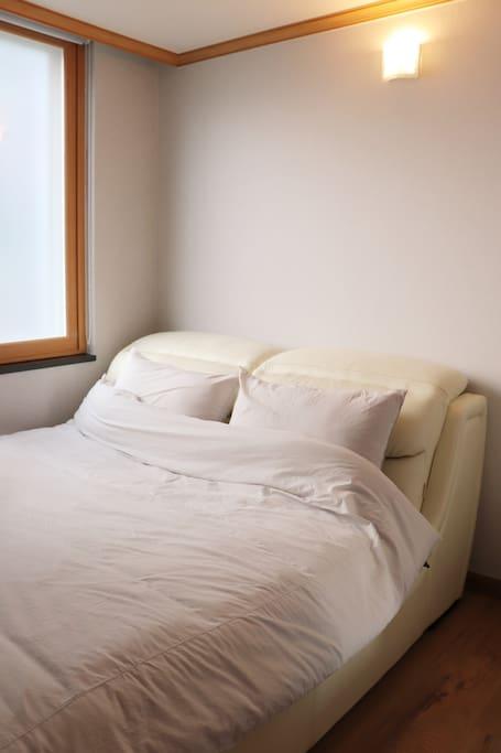2번 방. 부드러운 헤드가 매력적인 스마트한 작은 방 침실