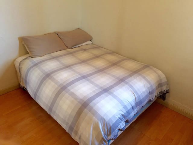 Double bedroom close to transport - Marrickville - Daire