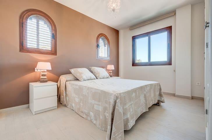 Villa a 50 m de la playa y en pleno campo de golf - Motril - Bungalo