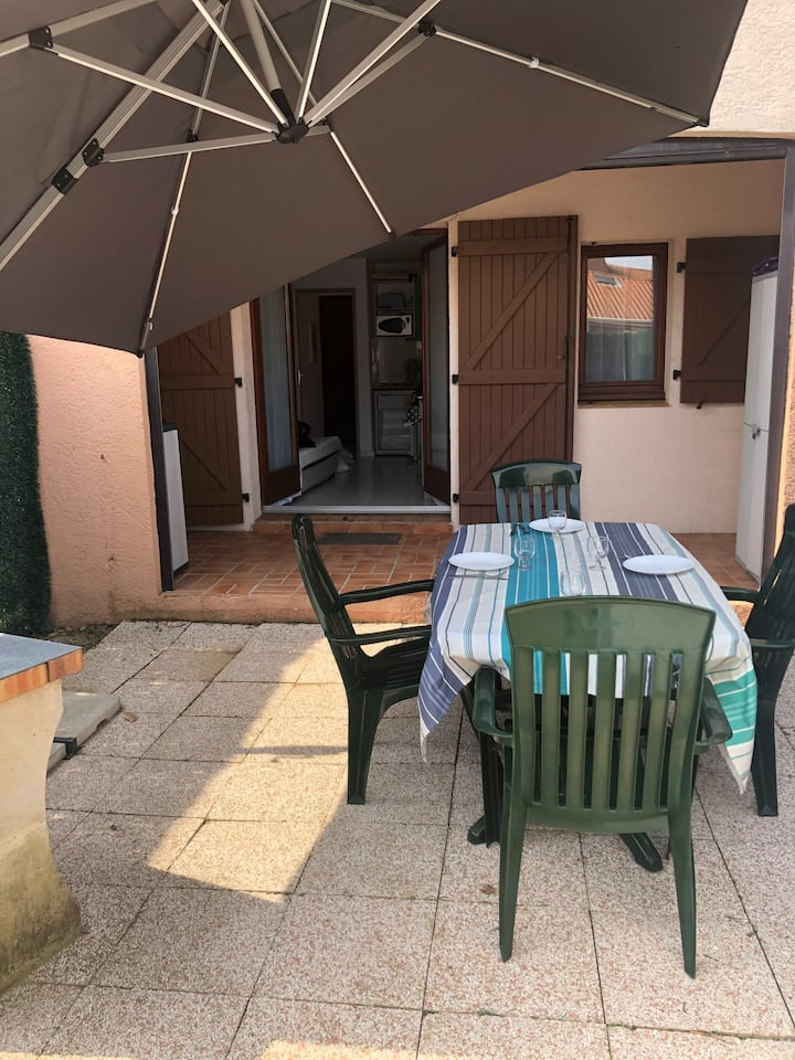 Appartement avec terrasse, piscine, parking.
