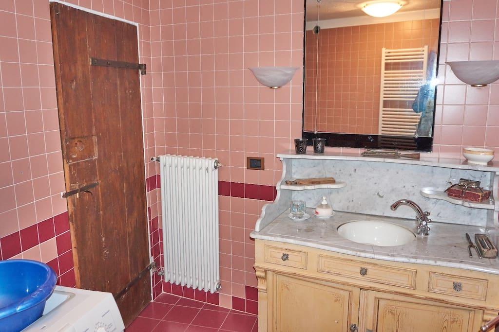 bagno piano terra con mobile lavabo fine '800