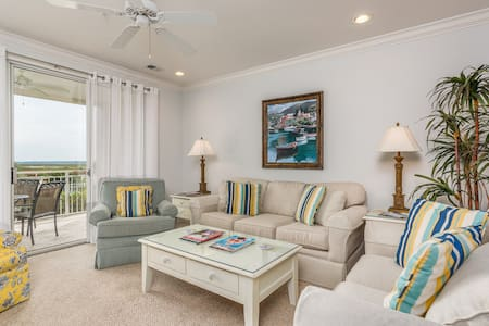 Stylish condo w/ marsh-facing balcony & shared pool - close to golf!