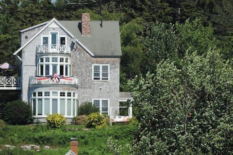 Maine Stowaway Cottage/Your Year-Round Destination