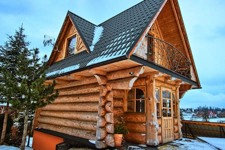 Drewniany domek w stylu góralskim. - Chalupa