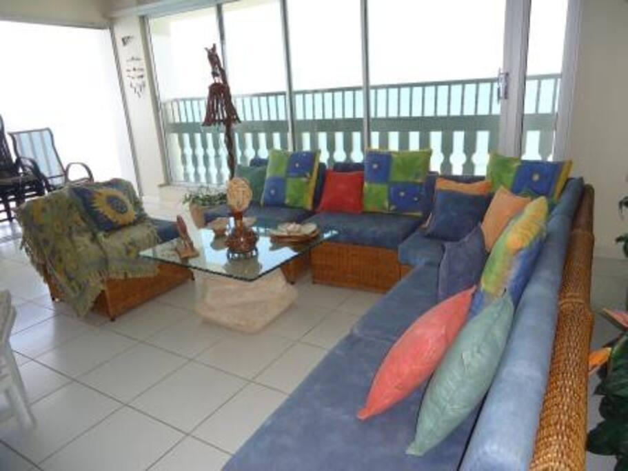 sala principal de mimbre  al pie del balcon