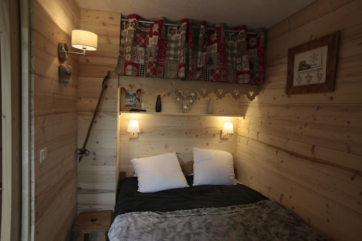 Chambre chaleureuse avec ses décorations ambiance chalet... un atmosphère authentique, chaleureuse et cocooning pour cette pièce très agréable (lit 140*190, nombreux rangements, Téléviseur, accès balcon, nombreuse décoration...)
