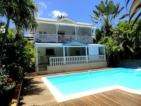 SEOLA Maison créole nichée dans un jardin tropical