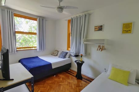Suíte família com capacidade para até 4 pessoas. Conta com ventilador de teto, ar condicionado, TV Smart com Netflix, Wifi gratuito, cofre, banheiro privativo com água quente, roupa de cama e toalhas.