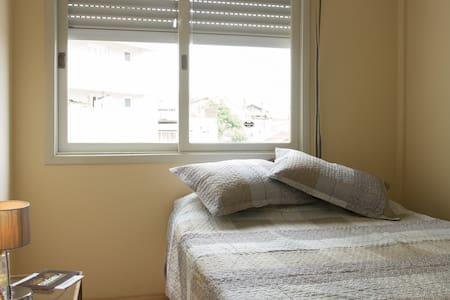 Quarto privado c/ cama casal no Centro!!! - Caxias do Sul