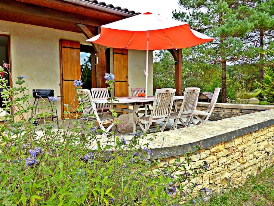 jardin fleuri et terrasse ensoleillée