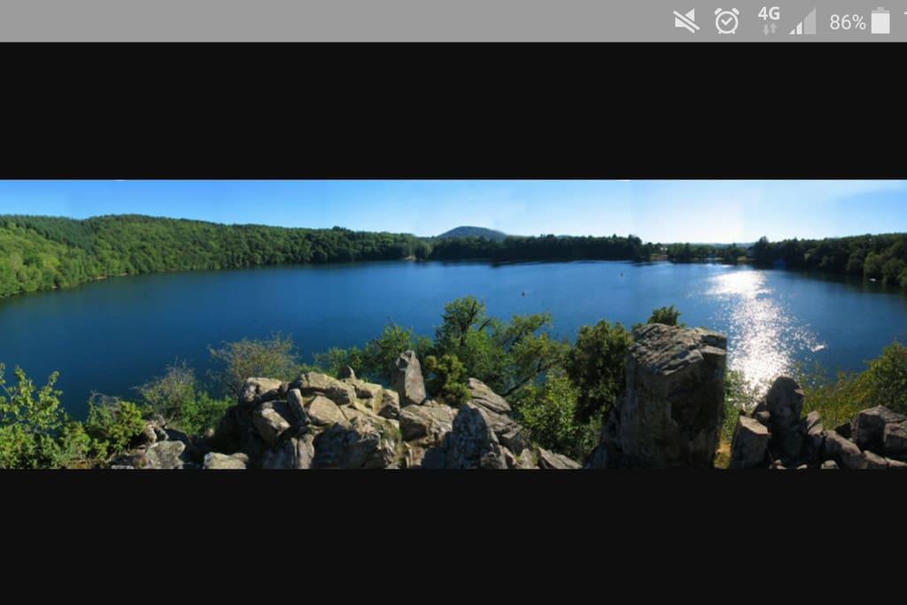 A découvrir. A découvrir à 25min de Riom.Le gour de Tazenat est un lac d'origine volcanique qui marque la limite nord de la Chaîne des Puys. Il est situé dans la commune de Charbonnières-les-Vieilles. Blaignade non surveillé. Petite randonnée familiale avec de jolies points de vues  (~45min)