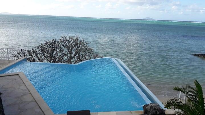 Villa pied dans l'eau à Grand Gaube