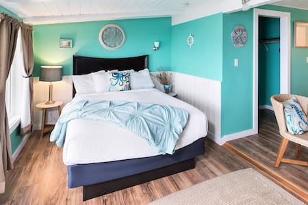 Cliff-side Oceanview Queen room w/sea theme