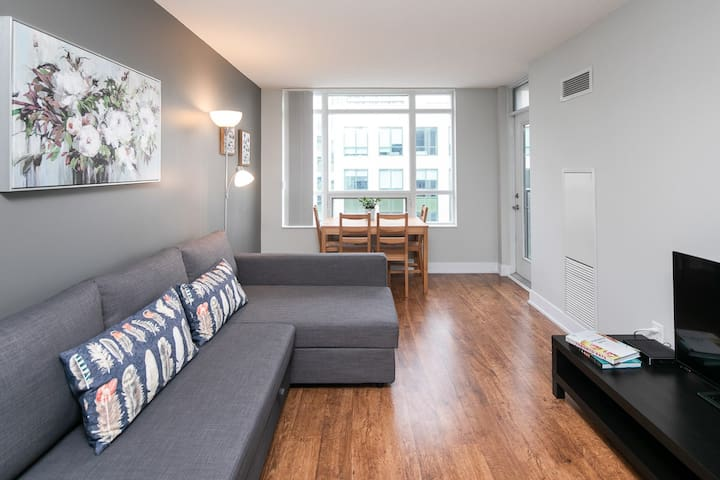 Cozy Apartment in Downtown Core with CN Tower View