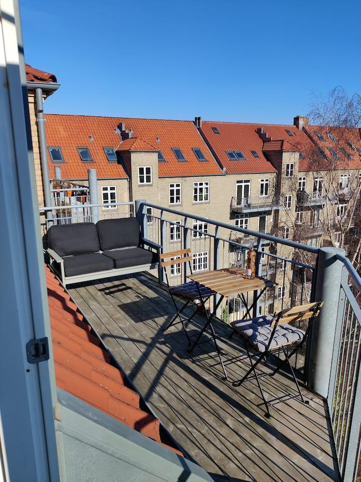 Lys lejlighed på Frederiksbjerg med solrig altan