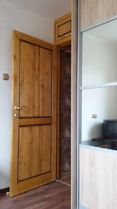 Малая комнате: шкаф-купе, входная дверь.