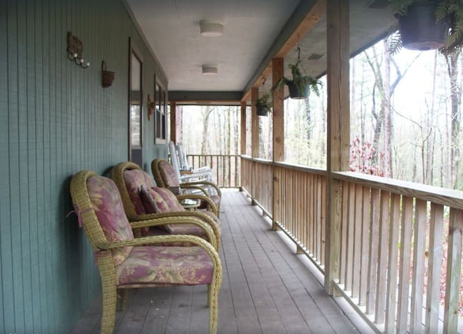 LARGE COTTAGE ON 5 WOODED ACRES CLOSE TO THE LAKE!